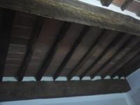 Esempio trattamento soffitto con travi in legno e mezzane