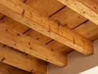 Esempio trattamento soffitto con travi in legno